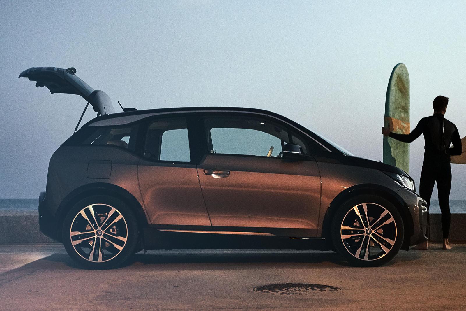 В то время как оригинальный 2014 BMW i3 имел дальность хода 130 км (или 240 км с увеличением дальности), модель 2019 года может проехать 245 км - без увеличения дальности или 320 км с. Добавьте к этому растущее число быстрых зарядок, распространяющих