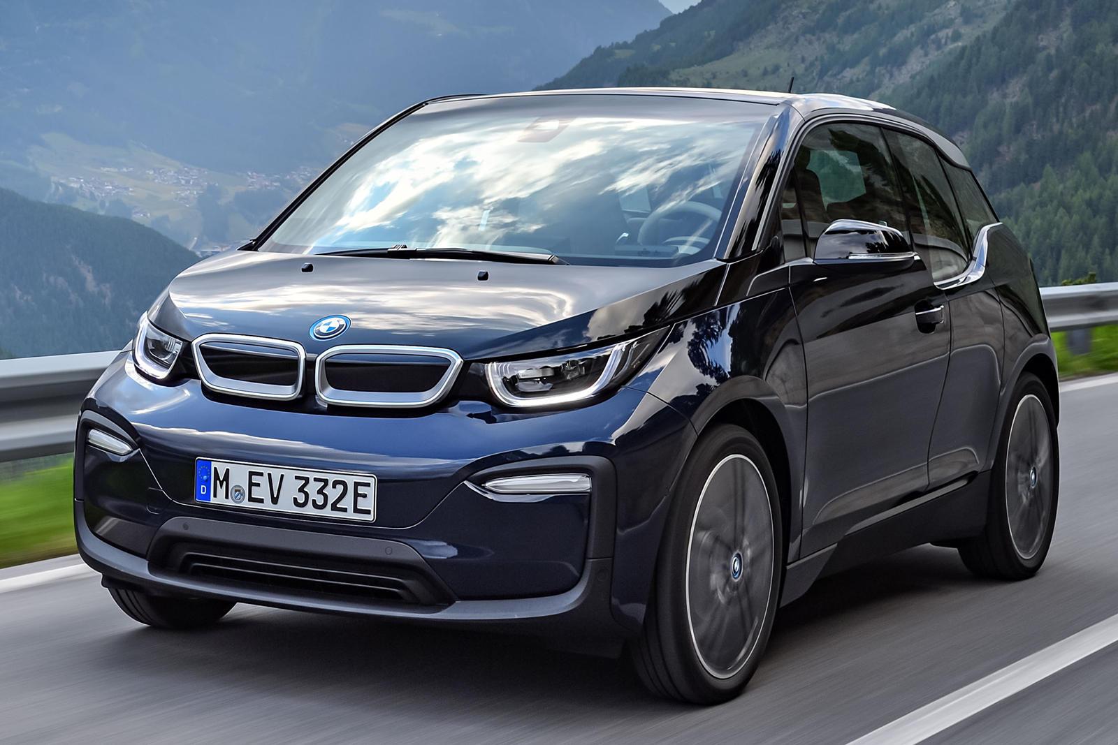 Двигатель с увеличенным диапазоном, предлагаемый в i3, представляет собой крошечный двухцилиндровый мотор объемом 647 куб. см, позаимствованный из линейки скутеров BMW Motorad.