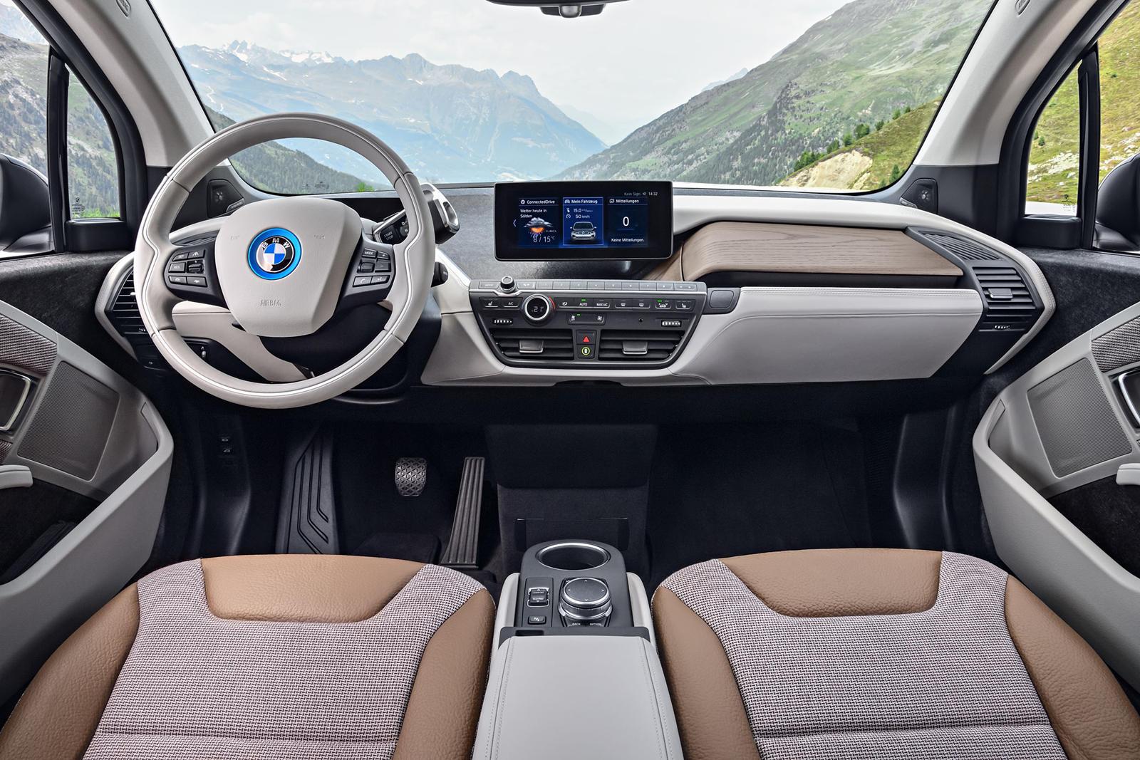 Является ли BMW i3 чистым электромобилем или гибридом? Ответ «да», в зависимости версии. По своей сути это электромобиль. Однако его также можно использовать с расширителем диапазона - небольшим двигателем внутреннего сгорания, который включается, ко