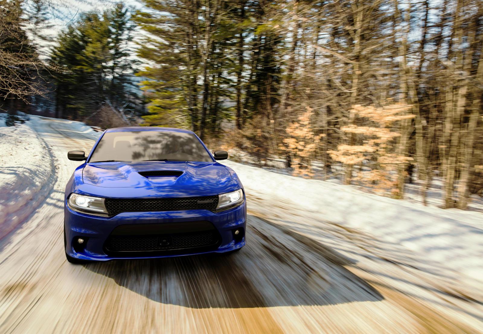 Dodge Charger GT AWD оснащен всесезонными 235 мм шинами, подходящими для круглогодичного использования даже в холодном климате, а пара светодиодных противотуманных фар помогают освещать дорогу в суровых условиях.