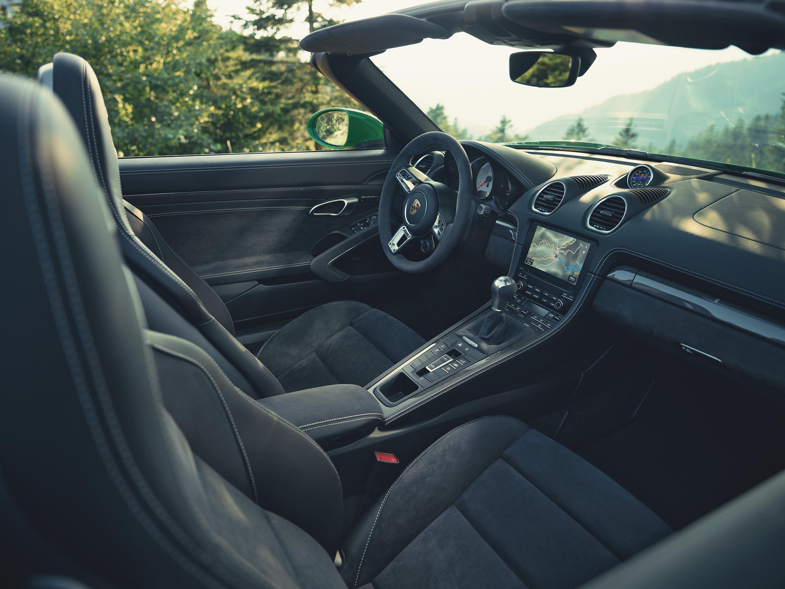 Он также довольно эффективен. В стандартной комплектации Porsche предлагает адаптивное управление цилиндрами, которое отключает один из двух блоков цилиндров при низких нагрузках, прямой впрыск топлива с помощью пьезо-инжекторов и систему переменного