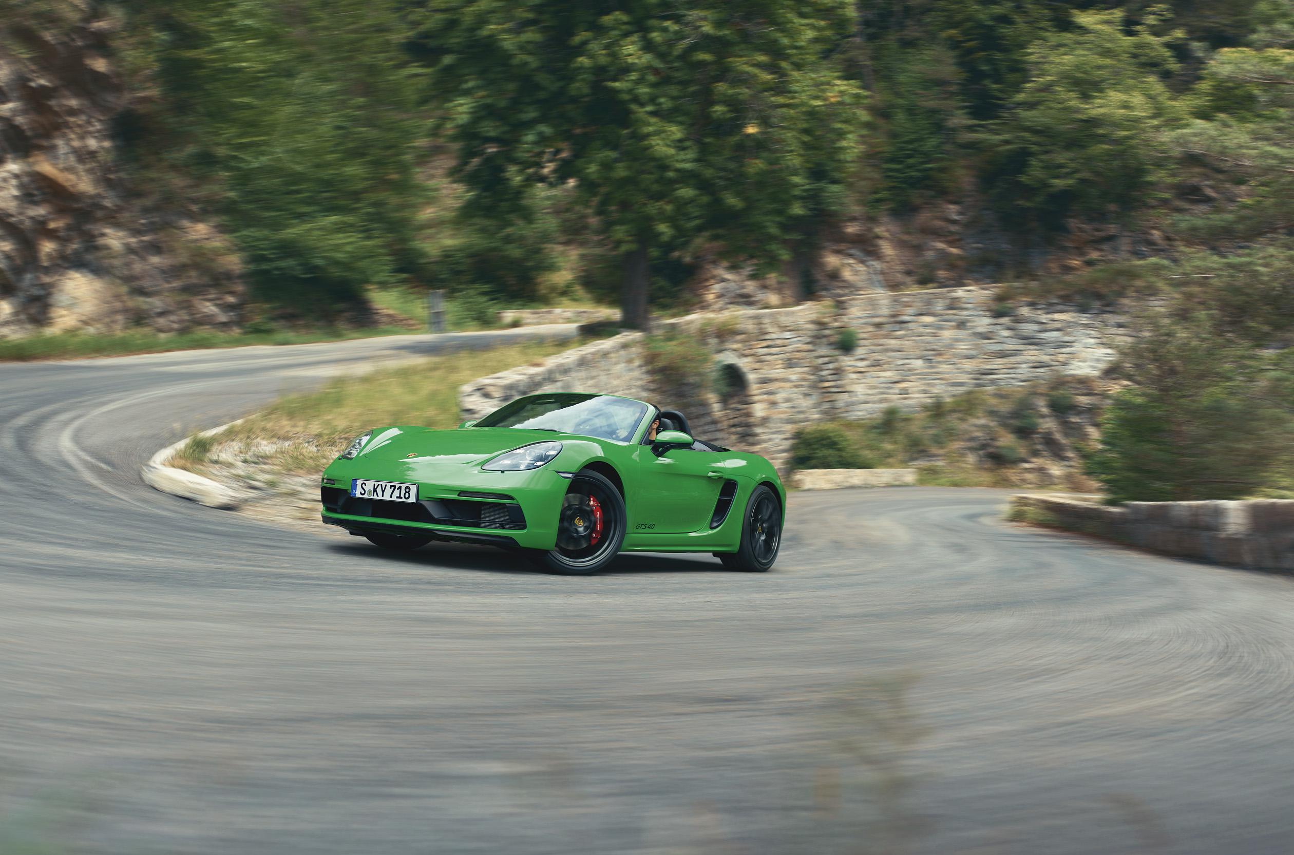 GTS отказывается от 2,5-литрового рядного четырехцилиндрового двигателя от своего предыдущего поколения в пользу шестицилиндрового от GT4. Он настроен в отличие от GT4 всего лишь на 400 л.с. Модель с шестью цилиндрами доступна с ручной коробкой перед