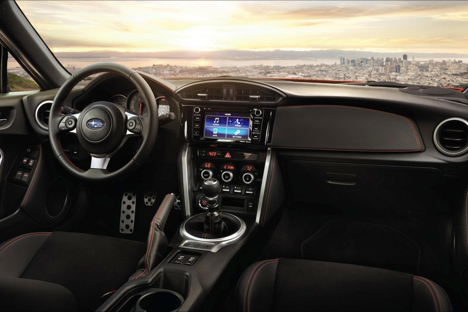 Внутри сиденья обтянуты кожей и отделаны алькантарой синего и черного цветов, дополнены синей строчкой, нанесенной на руль, дверные панели, панель приборов и рычаг переключения передач. Специальные логотипы подчеркивают эксклюзивность BRZ Final Editi