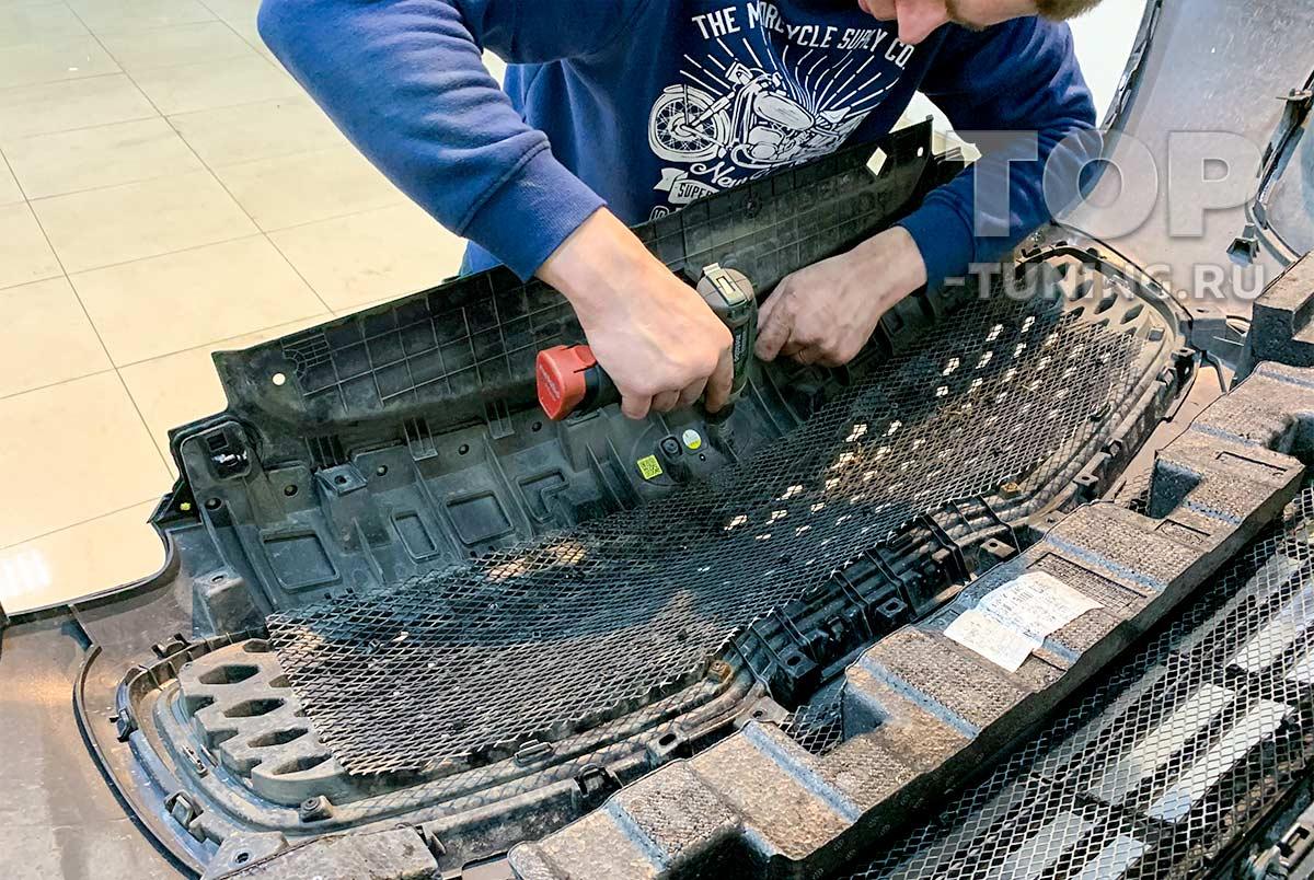 Демонтаж штатной решетки радиатора