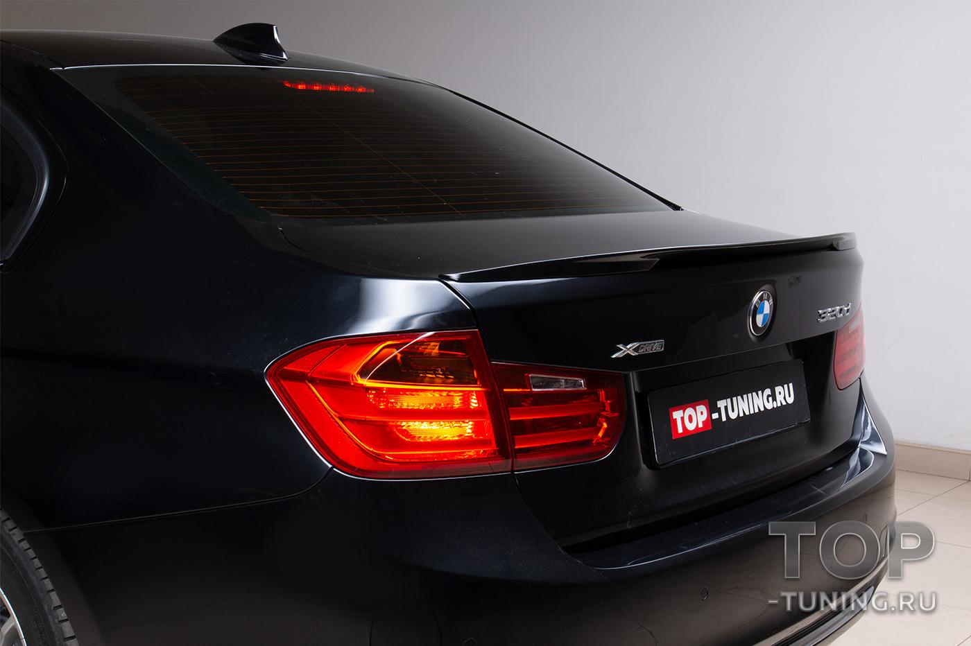 Черный BMW 3 серии в кузове F30 - работа по установке накладки на передний бампер и лип-спойлера