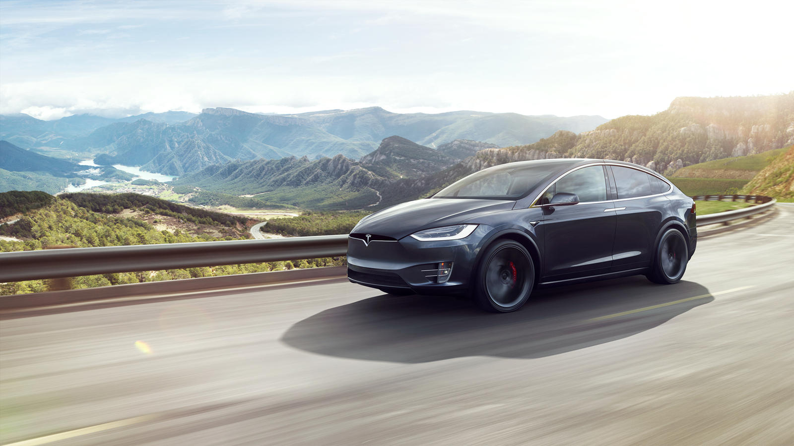 Tesla уже некоторое время является лидером на рынке электромобилей, и компания постоянно занимает лидирующие позиции в этой нише, постоянно совершенствуя свои продукты. Именно так Tesla сражается со своими конкурентами, например, с Rivian. Последнее