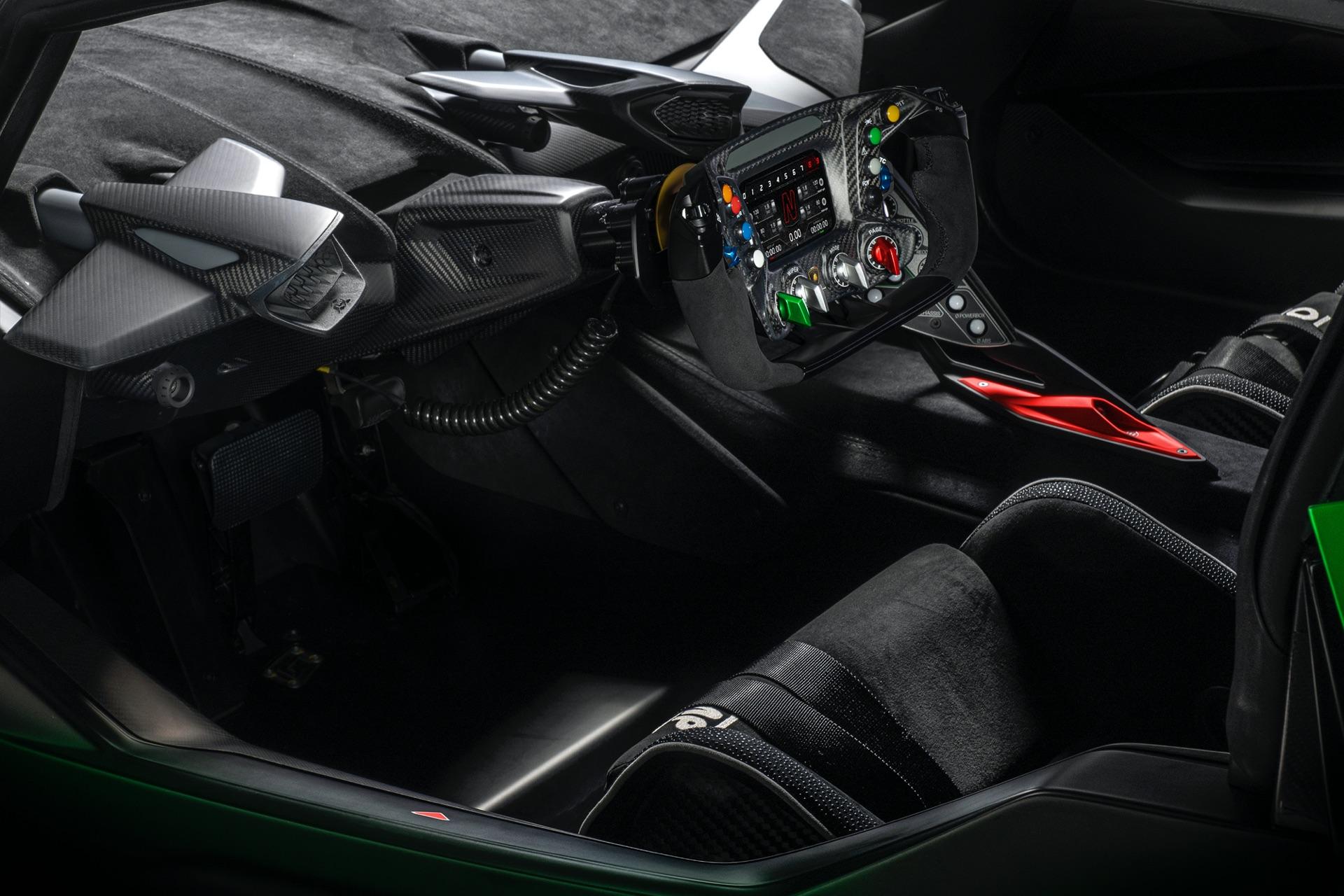Уникальная аэродинамика достигает ошеломляющих 1200 кг прижимной силы при 250 км/ч. Внешний вид украшает большое регулируемое двухпрофильное заднее крыло, в то время как другие компоненты вдохновлены гоночными автомобилями Lamborghini Huracan.