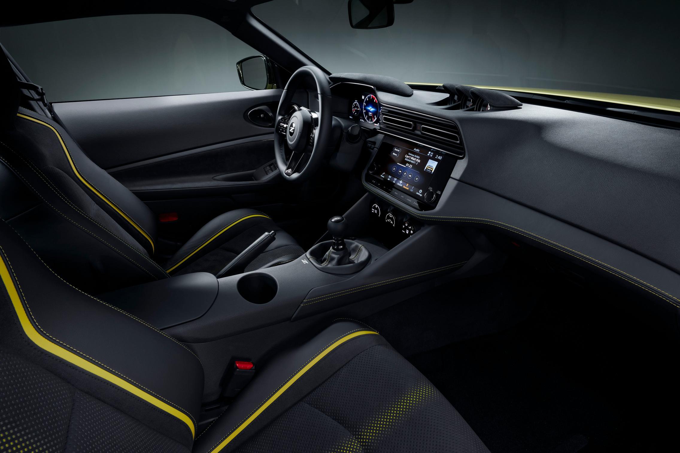 Салон Nissan Z Proto получает 12,3-дюймовый цифровой дисплей, три аналоговых шкалы, установленные на приборной панели, и глубокое рулевое колесо.
