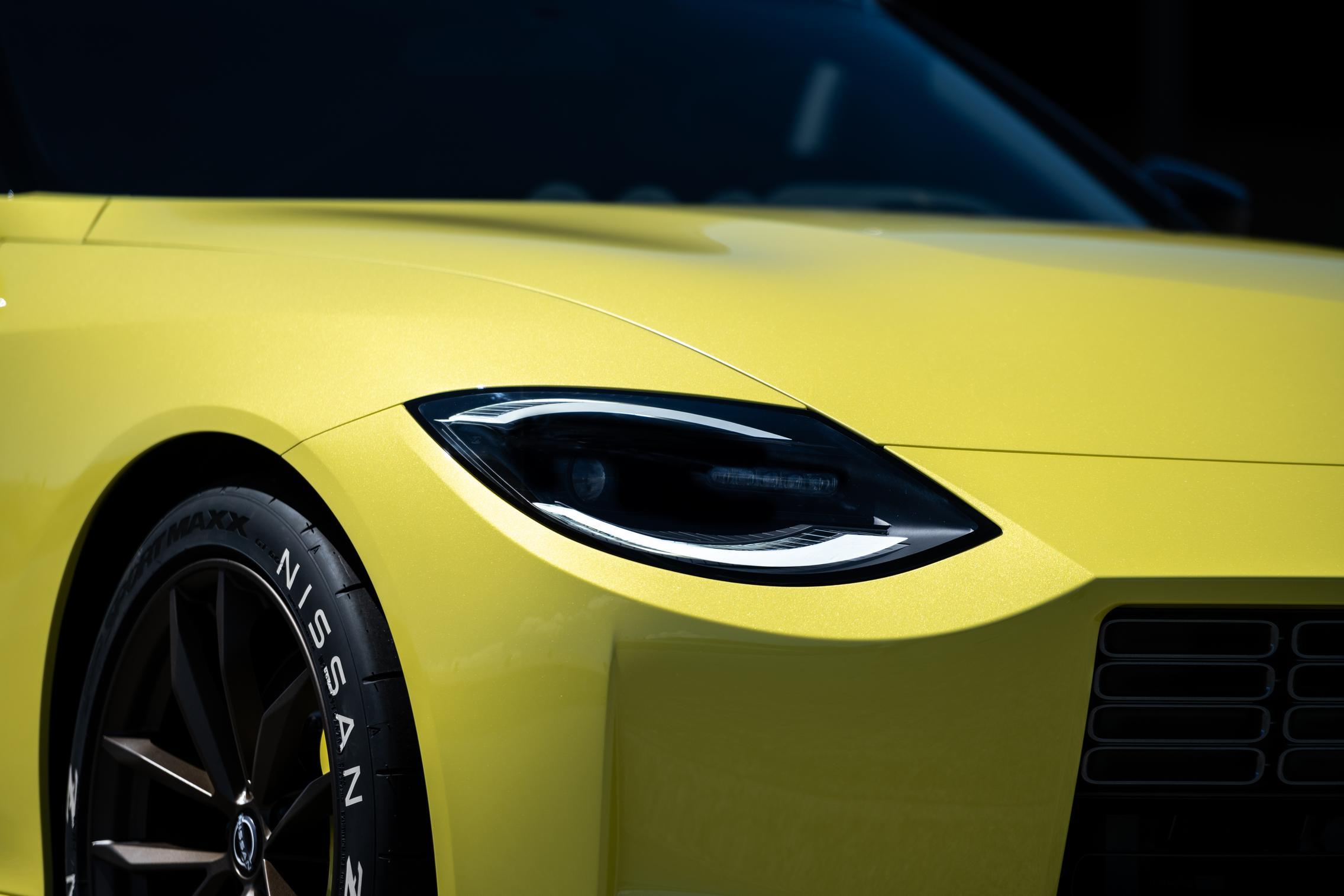 Самая привлекательная особенность Nissan Z Proto - ярко-желтая перламутровая окраска. Она восходит к классическим 240Z и 300ZX первого поколения. Схема окраски была популярной на обеих моделях.