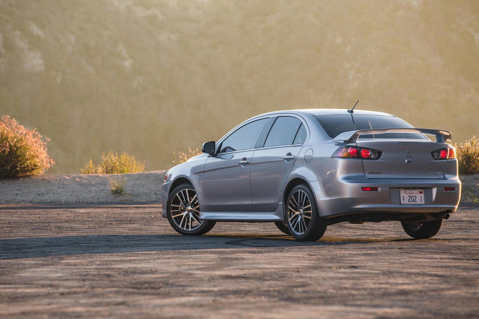 С самого начала рендеринг не кажется таким уж плохим, с этим визуальным изображением Lancer, который охватывает текущий язык дизайна Mitsubishi. Однако мы не можем честно сказать, что мы большие поклонники этого чрезмерно выраженного дизайна передних