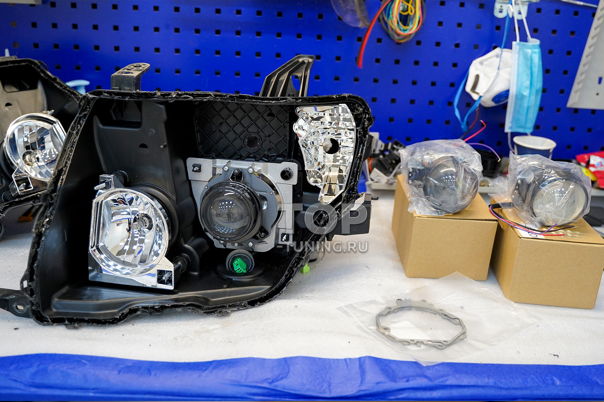 103813 Тюнинг оптики Mitsubishi Pajero 4 (LED вместо ксенона)