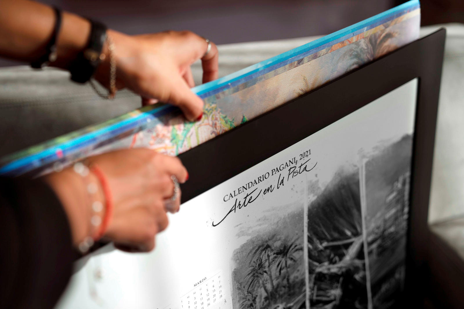 Поскольку Пагани утверждает, что календарь представляет будущее компании, а также прошлое и настоящее, есть большая вероятность, что Huayra R скрывается на одной из картин.