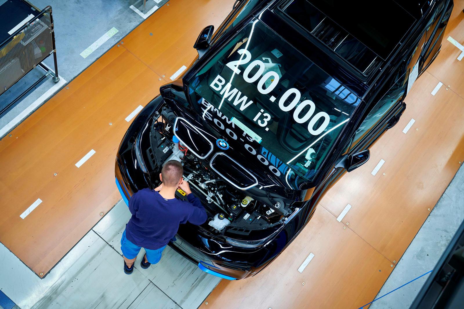 Фактически, i3 остается самым продаваемым автомобилем премиум-класса в сегменте супермини. BMW указывает на исследование 2019 года, согласно которому общие эксплуатационные расходы i3s в среднем примерно на 20 процентов ниже, чем у BMW с двигателем в