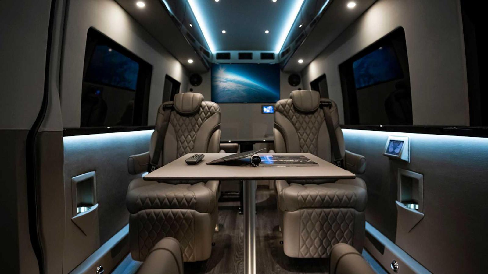 Пятое место получило L-образный стол с таким же изысканным креслом. Естественно, есть различные розетки для ноутбуков и т. д., а 45-дюймовые Smart TV с умными подключениями крепятся к стенам. Есть даже домофон между водителем и «офисом», трехзонный к