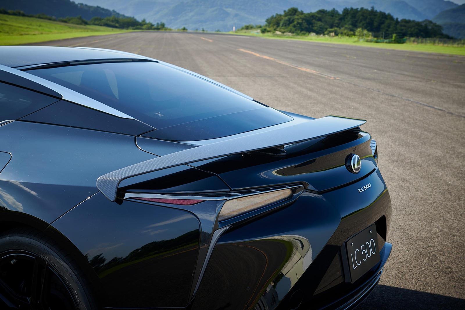 Для этого были усовершенствованы аэродинамические характеристики из армированного карбоном пластика (CFRP), а заднее крыло из карбона было разработано исключительно для модели ограниченной серии. Оно было разработано с использованием аэродинамических