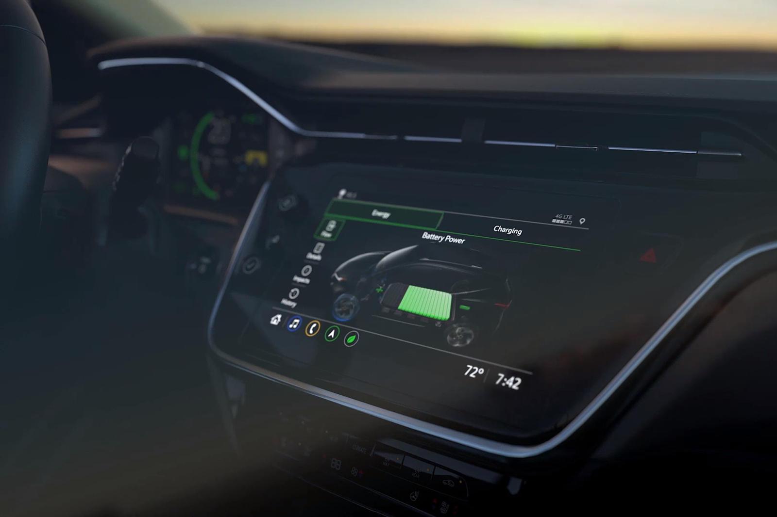 Chevy намекнул, что Bolt EUV получит новую информационно-развлекательную систему и капитально обновленный интерьер, но мы впервые видим эти изменения собственными глазами. Короткий 10-секундный тизер не показывает многого, но он показывает новый экра