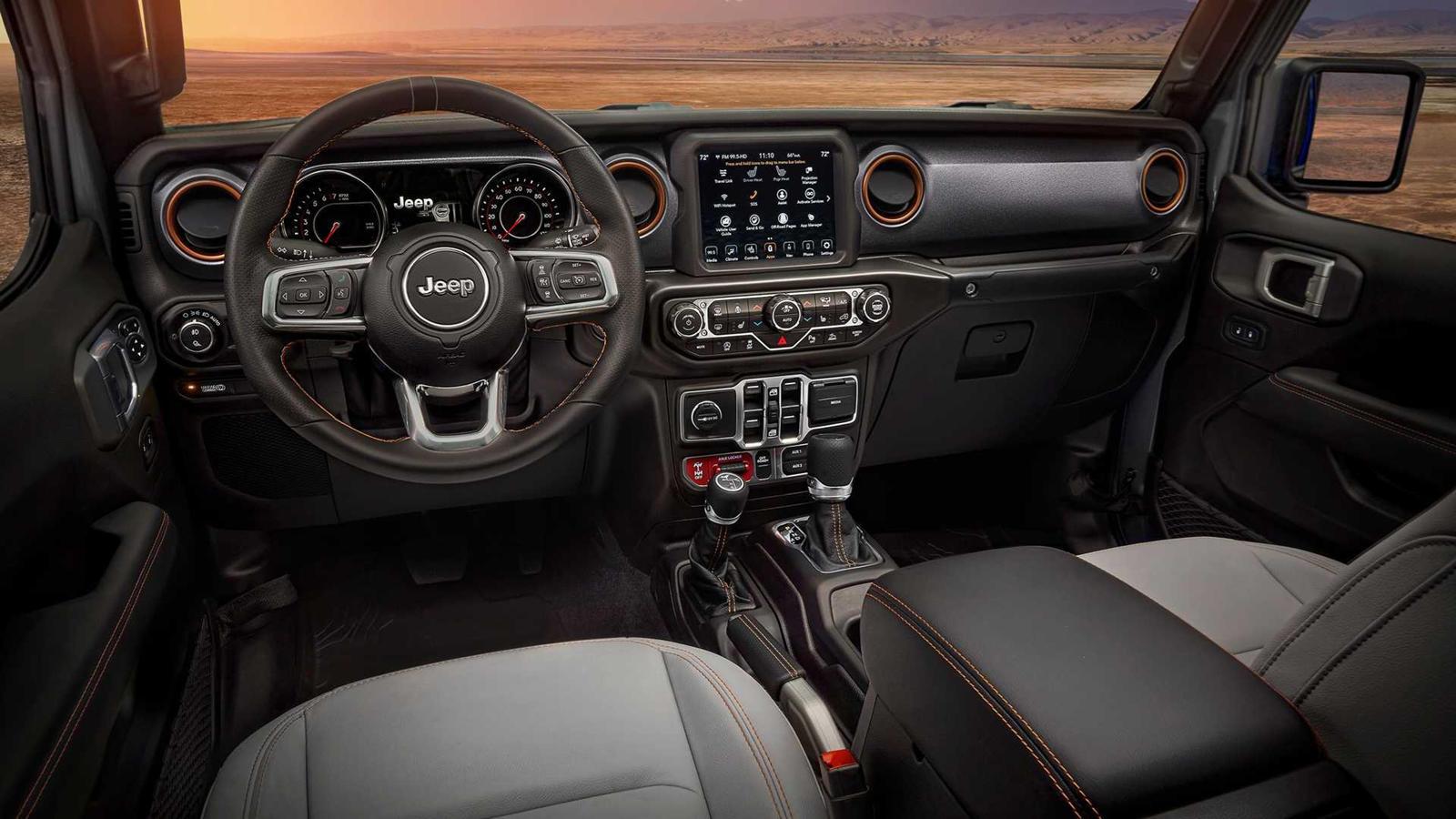 Jeep подтвердил, что и 392 Hemi V8, и новый подключаемый гибридный 4xe силовой агрегат Wrangler теоретически уместятся под кузовом Jeep Gladiator, что даст Jeep возможность запустить Gladiator Rubicon 392 и Gladiator 4xe позже. Но, как сообщается, Je