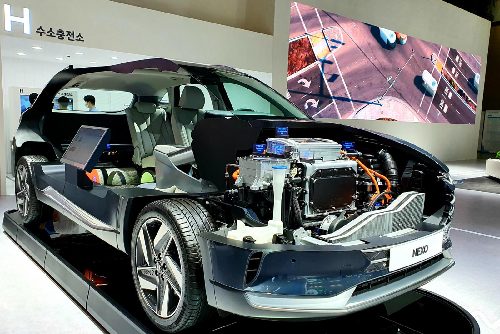 Сочетая строгий стиль и внедорожные возможности оригинального Defender с современными технологиями, Grenadier будет использовать бензиновые и дизельные двигатели с турбонаддувом, предоставленные BMW. В рамках «меморандума о взаимопонимании по изучени