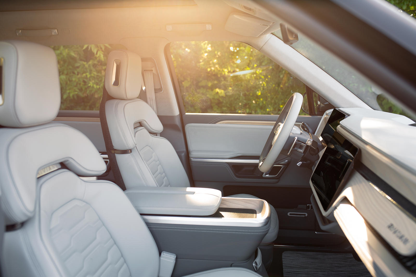 Все модели, независимо от комплектации, стандартно поставляются с полуавтономной функцией вождения без помощи рук и запасом хода более 480 км с аккумулятором на 135 кВтч. Есть апгрейд батареи на 180 кВтч