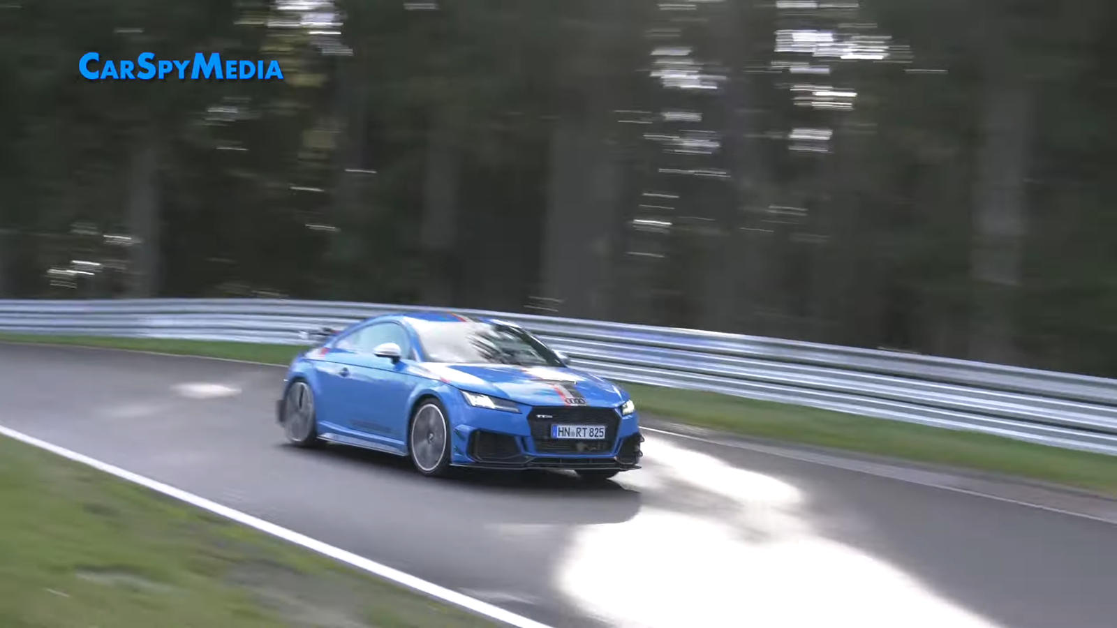 Любопытно, что прототип на видео окрашен в синий цвет, а серийная версия будет доступна только в альпийском белом цвете с ретро-наклейками на капоте, крыльях, крыше и задней части в стиле Audi Sport Quattro S1 1987 года, доведенного до победы Уолтеро