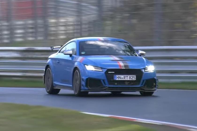 Теперь мы можем увидеть специальную версию в действии, поскольку видео, опубликованное CarSpyMedia, показывает, как Audi тестирует TT RS 40 Years of Quattro на Нюрбургринге перед выходом автомобиля на рынок.