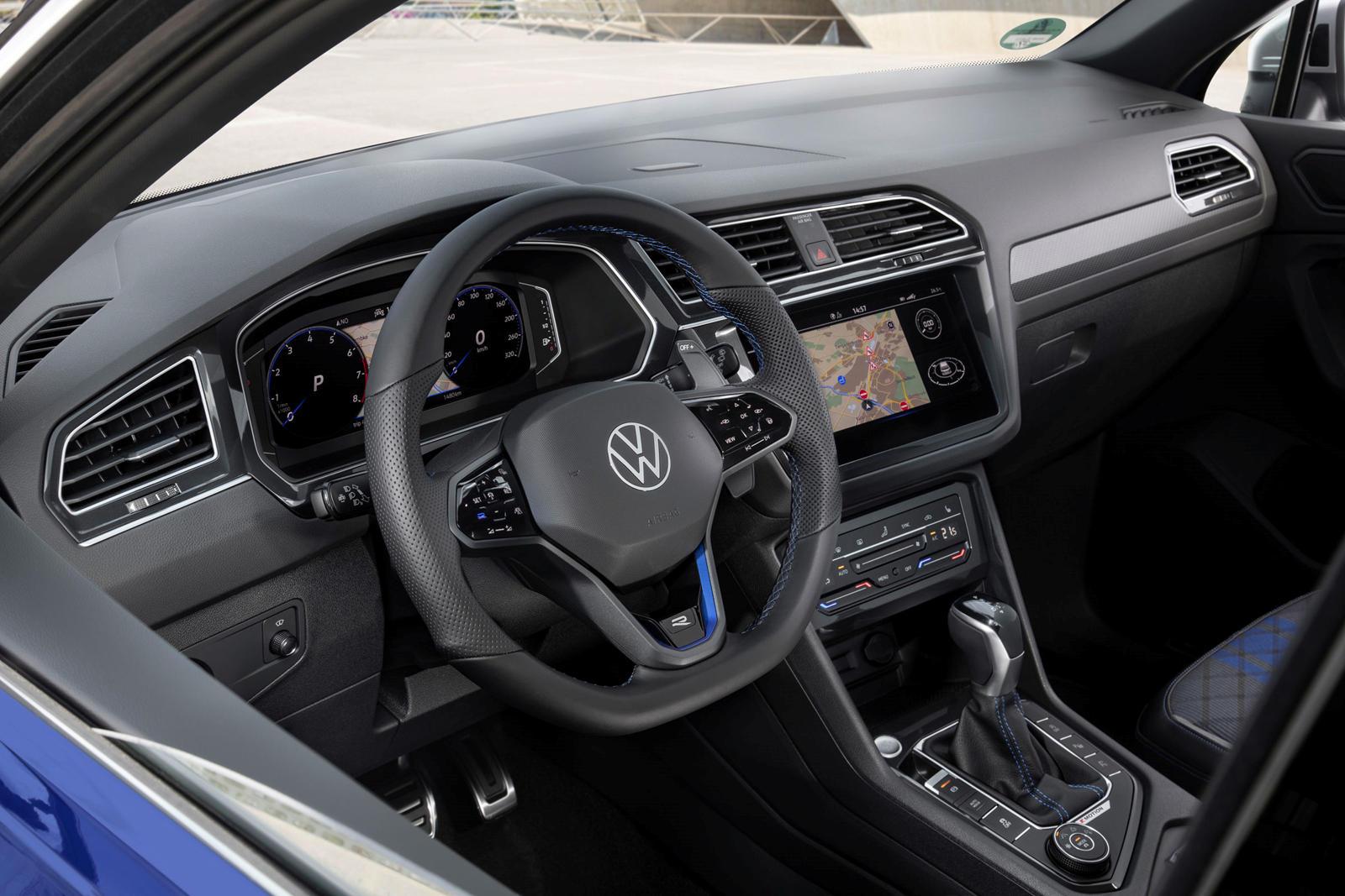 Экстерьер отличается спортивными бамперами с аэродинамическими элементами в глянцевом черном цвете (или в цвете кузова), глянцевым черным задним диффузором, матовыми накладками зеркал и 20-дюймовыми легкосплавными дисками Misano. Внутри Tiguan R осна