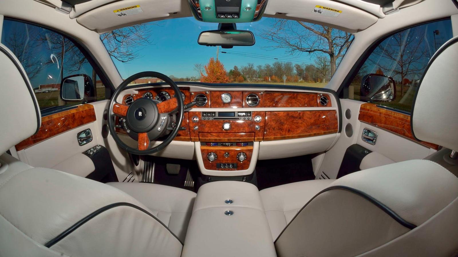 Он оснащен пакетом Theater Package, потрясающей опцией потолка со звездным небом, электрическими оконными шторами и несколькими другими элементами RR. Этот конкретный автомобиль ранее продавался за 145000 долларов в 2018 году, но, учитывая высокий ст