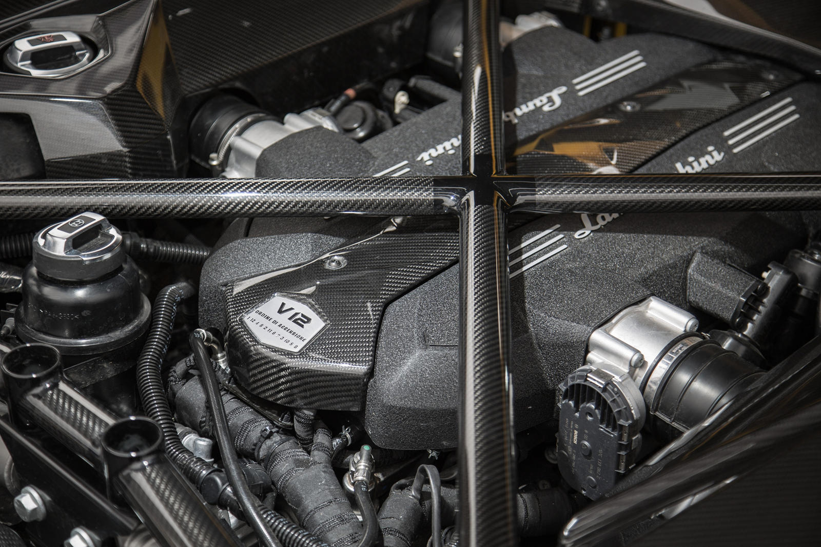 Car and Driver недавно поговорили с главным техническим директором Lamborghini Маурицио Реджиани, который еще раз подтвердил, что итальянский бренд придерживается атмосферного V12. «V12 был частью истории Lamborghini с самого начала», - сказал он. «О