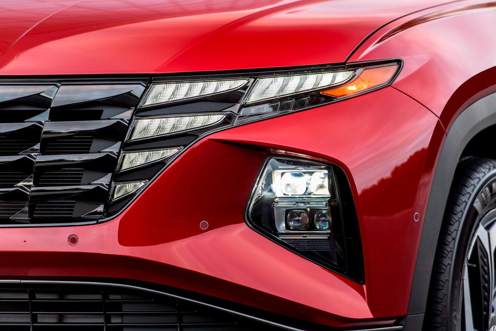 Hyundai Tucson полон технологических достижений, но одна из особенностей, которыми бренд особенно гордится, - это система освещения внедорожника. Фары и задние фонари являются определяющими чертами нового автомобиля и сыграли важную роль в том, чтобы