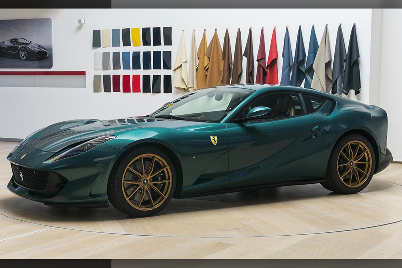 На подголовниках вышита зеленая эмблема гарцующего коня, идеально сочетающаяся с зеленой краской кузова.