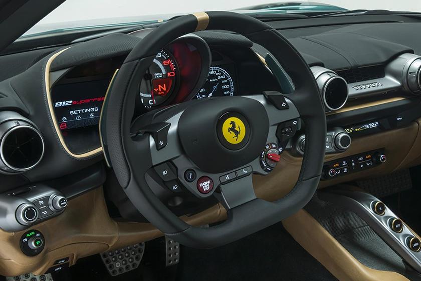 Внутри изгиб 812 GT уже делает его одним из самых удобных автомобилей Ferrari, но этот экземпляр Tailor Made может похвастаться кожей Heritage Ghianda со вставками из ткани Kvadrat Umami. Черная непрозрачная отделка приборной панели, рулевого колеса