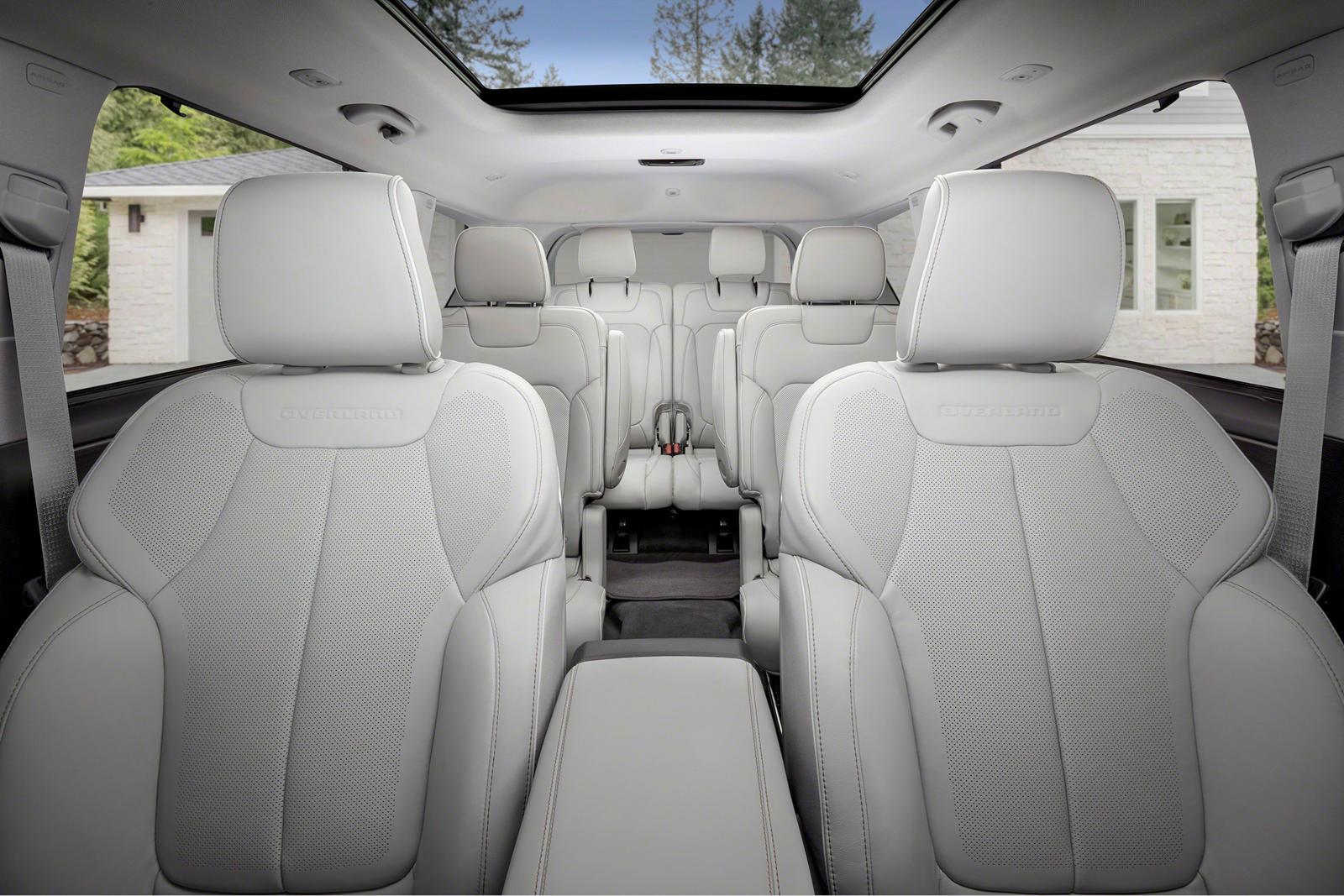2021 Jeep Grand Cherokee L был анонсирован на прошлой неделе как первая модель Jeep с тремя рядами сидений с момента прекращения производства Commander в 2010 году. Хотя они не демонстрировался одновременно, Jeep упомянул, что знакомый двухрядный Gra