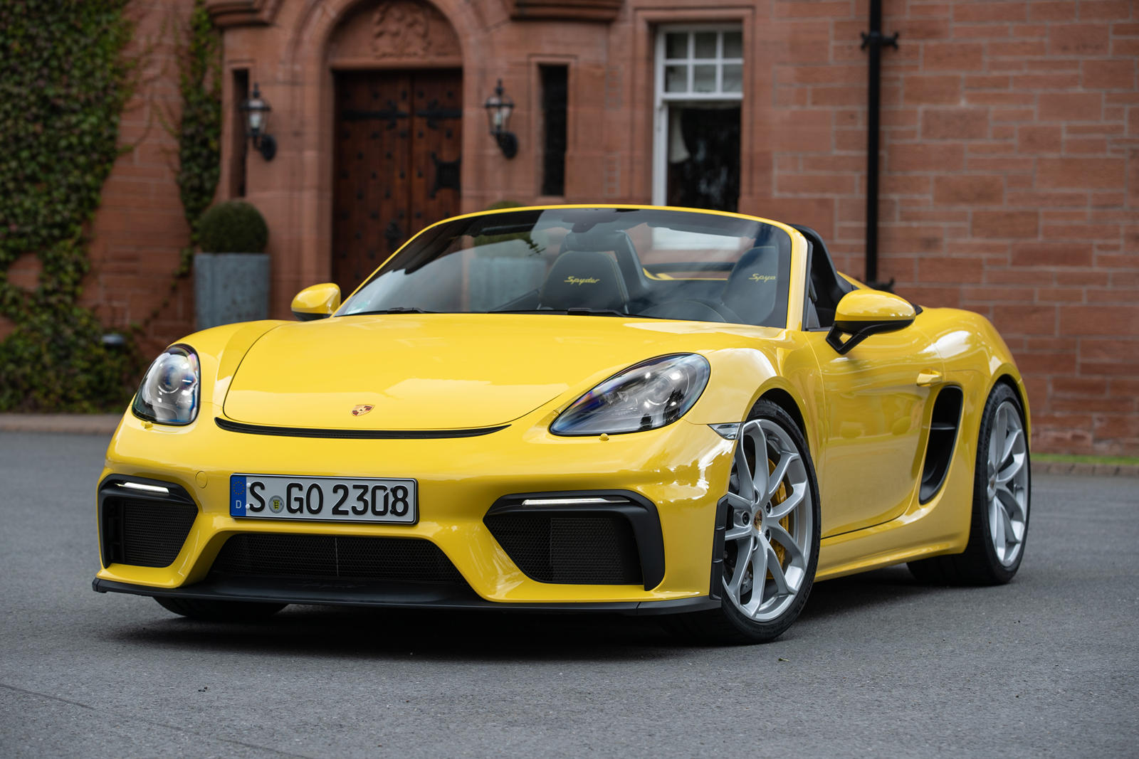 Возможно, самым большим успехом Porsche в 2020 году стал полностью электрический седан Taycan. В 2020 году было продано в общей сложности 20 015 единиц, несмотря на шестинедельную остановку производства, после чего пришлось увеличить темп производств