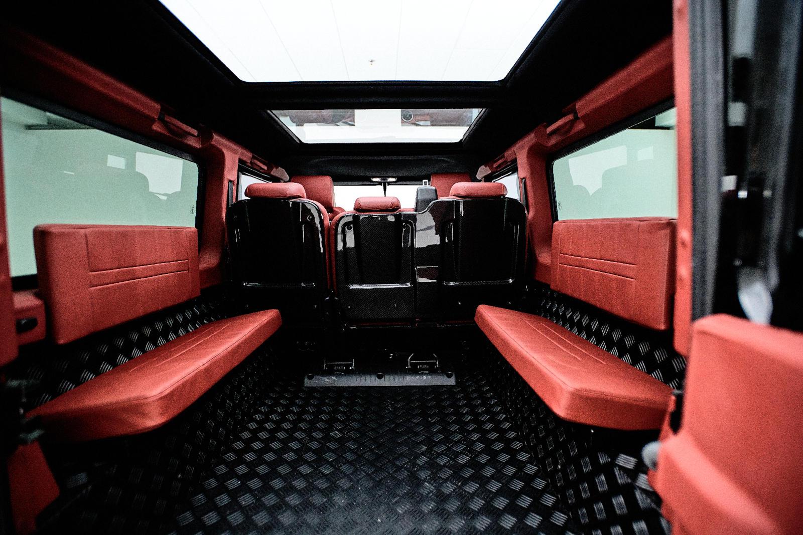 Увеличенные тонированные стекла, панорамная крыша и нестандартные 18-дюймовые колеса завершают внешний вид. Внутри салон отделан высококачественной кожей и деталями из карбона на приборной панели и задних сиденьях, что делает Defender Spec. 1,2 более
