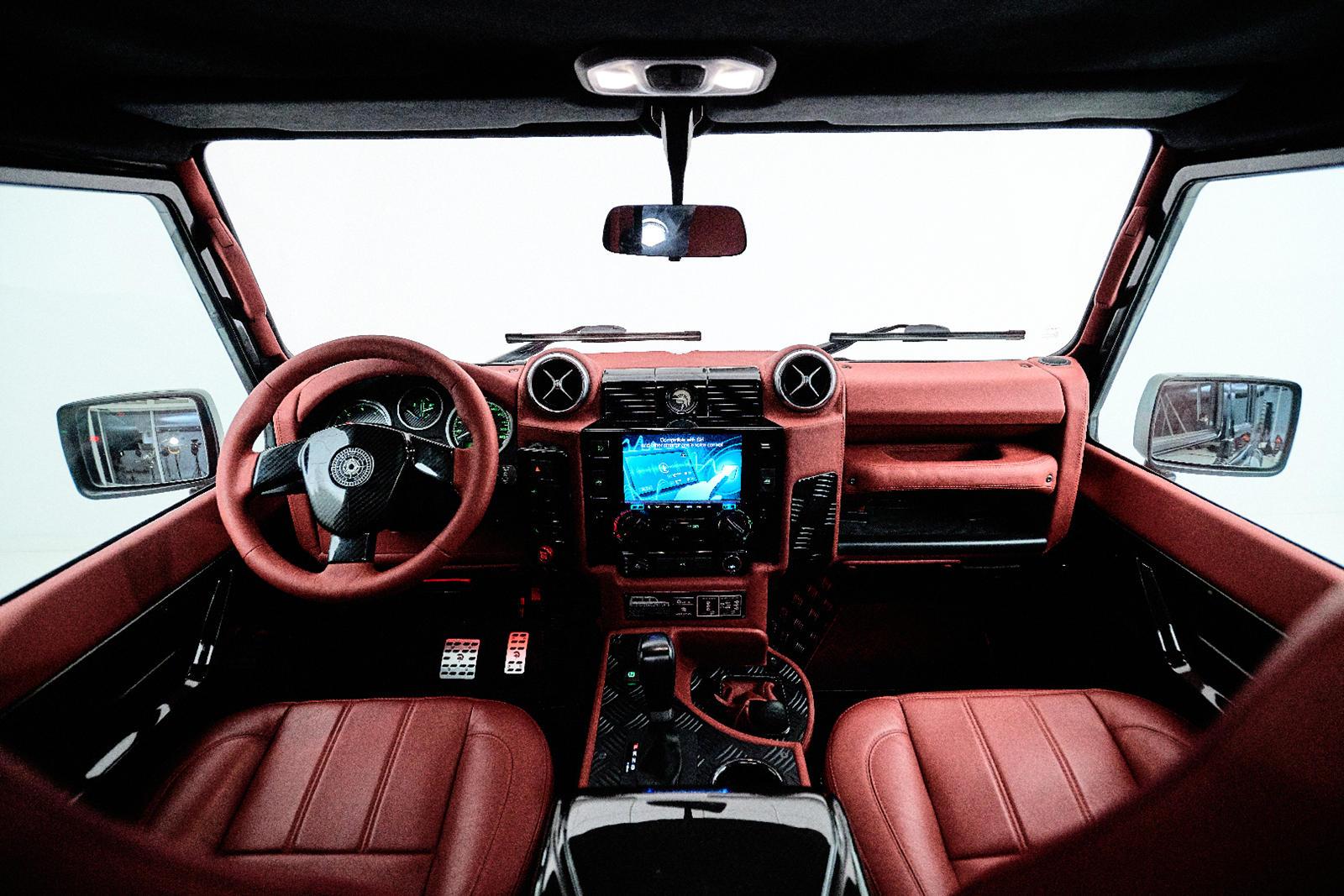 Под капотом старый четырехцилиндровый турбодизельный двигатель Defender заменен двигателем V8 объемом 4750 куб. см, выдающим 280 л.с. и 439 Нм крутящего момента, который передается на все четыре колеса через шестиступенчатую автоматическую коробку пе
