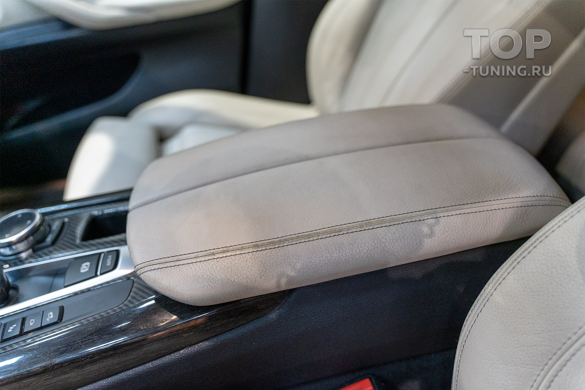 Износ кожи на подлокотнике BMW X5 f15 - белая кожа