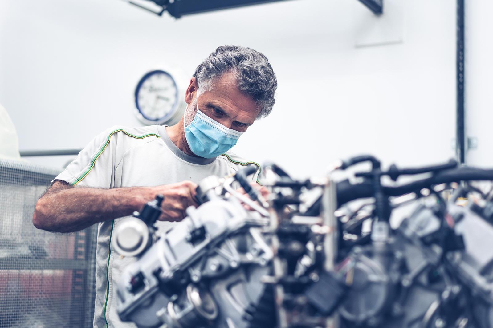 С тех пор, как он был представлен на прошлогодней онлайн-выставке в Женеве, Bentley Bacalar стоимостью 140 млн рублей прошел тщательные испытания, чтобы убедиться, что он соответствует высоким стандартам клиентов. Bacalar, разработанный подразделение