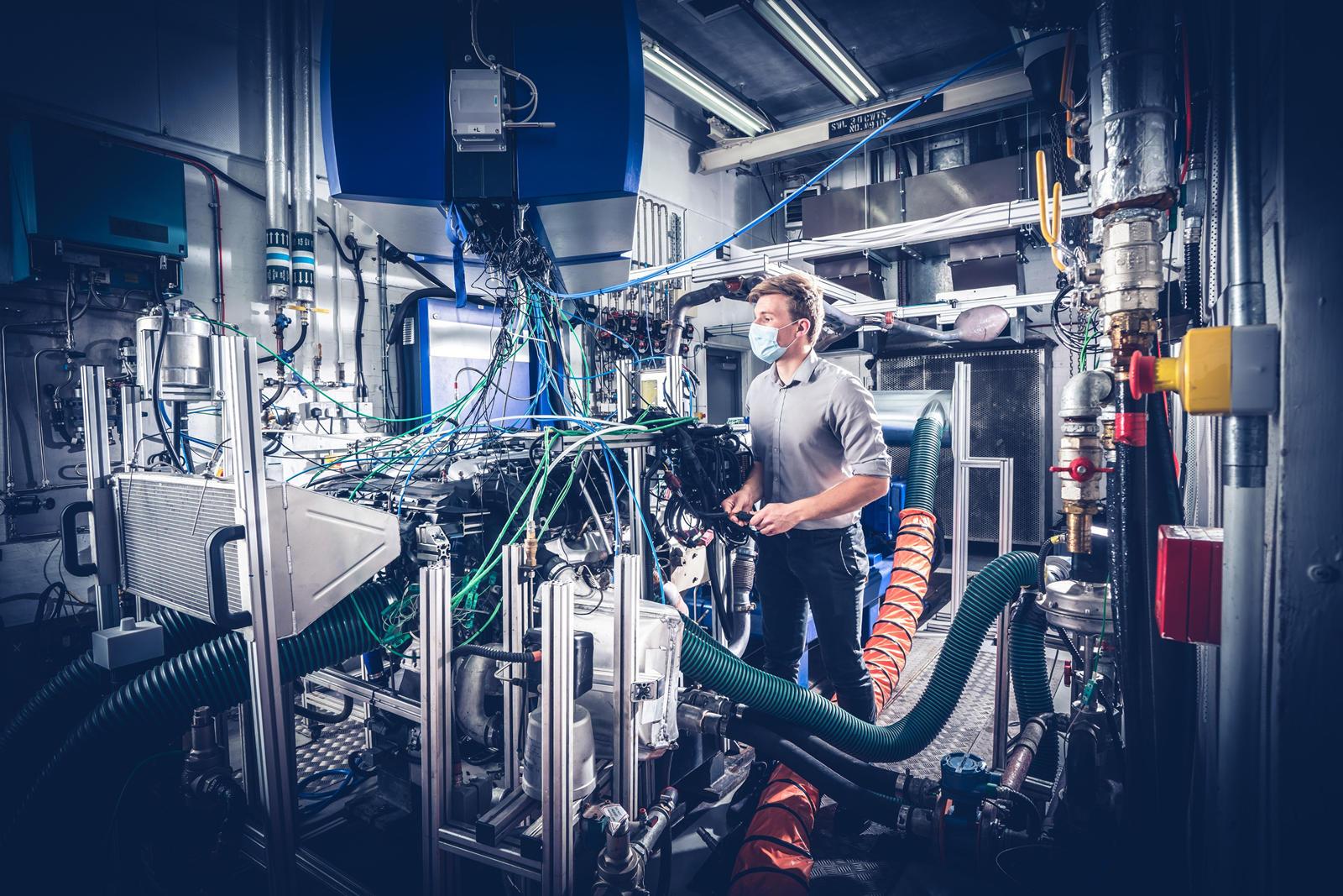 Во-первых, двигатель проверяется на герметичность, тест можно проводить после того, как он будет собран до такой степени, что топливная, водяная и масляная системы будут закрыты. Этот этап производства известен как «короткий двигатель».