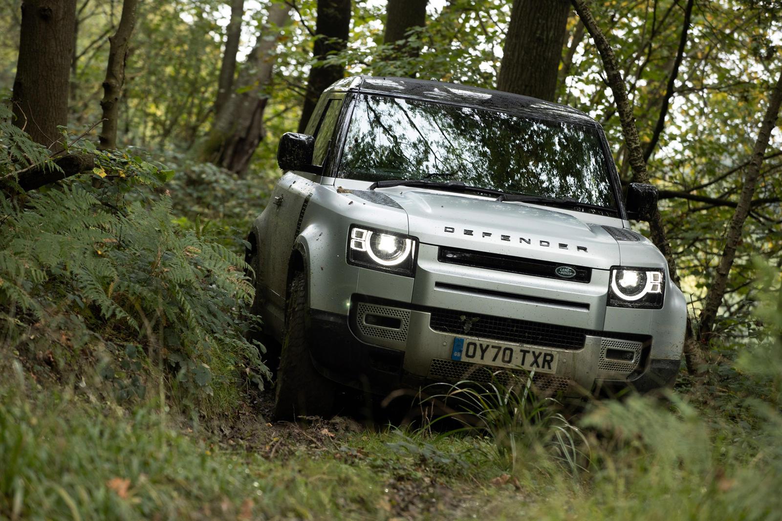 Совершенно новый Land Rover Defender имел оглушительный успех, что неудивительно, учитывая, что он заменил один из самых культовых и мощных внедорожников всех времен. Продающийся всего несколько месяцев, Defender 110 уже превзошел своего предшественн