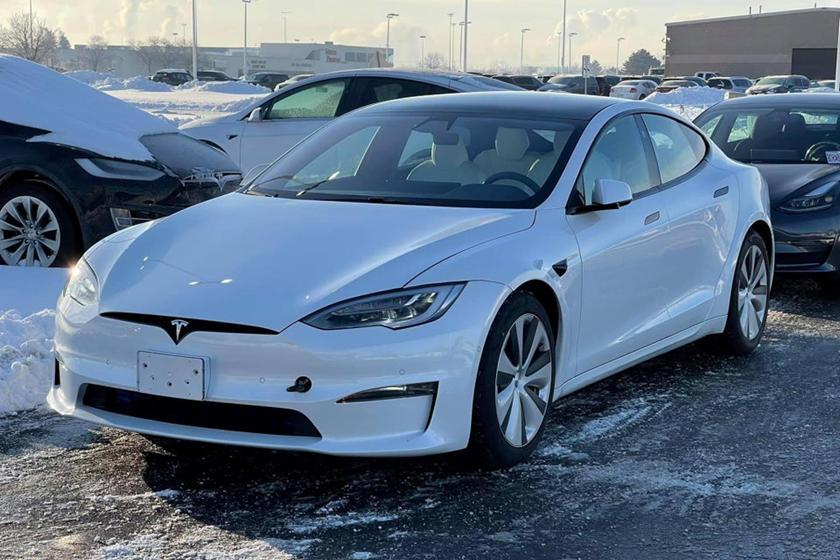 Тем не менее, эта Model S явно является прототипом тестового автомобиля, потому что под бумажным стаканчиком есть оголенные провода и «кнопка остановки». Другие сенсорные кнопки также были помечены, что еще больше подтверждает его статус прототипа.