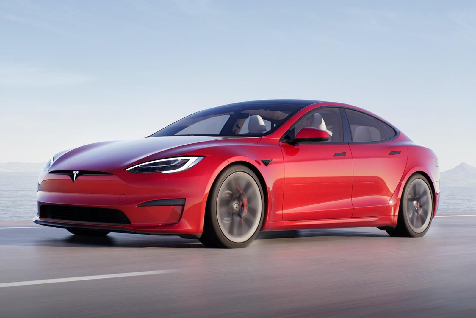 Обновленная Tesla Model S Plaid была представлена в конце прошлого месяца с несколькими интересными новыми функциями, среди которых опция Plaid+ с дальностью хода 830 км, разгоном до 100 км/ч менее 2 секунд и максимальной скоростью более 320 км/ч. Эт