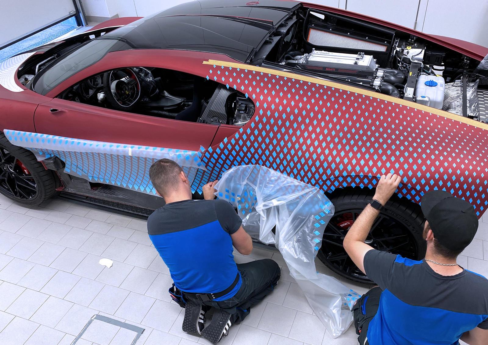 Из-за того, что команда создала дизайн на компьютере, распечатала его на плоской поверхности, а затем применила к трехмерному холсту (машине), даже отклонение в один миллиметр могло испортить весь дизайн, в результате чего он мог выглядеть асимметрич