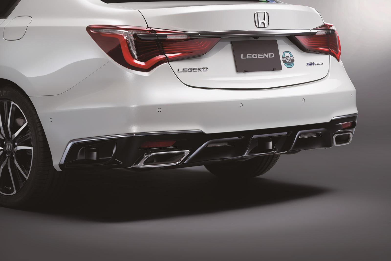 Honda Sensing Elite также включает в себя такие функции, как автоматическая активная помощь при смене полосы движения, помощь при удержании полосы движения и функция помощи при экстренной остановке, которая замедлит автомобиль, если водитель перестае