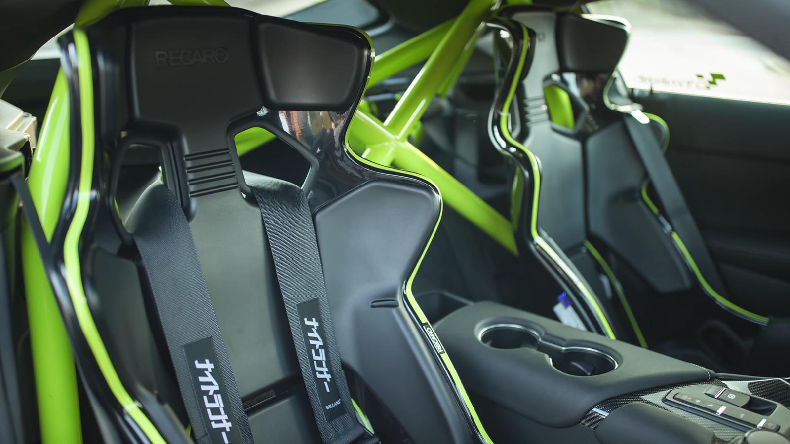 Под капотом кастомная Supra оснащена модернизированным турбонагнетателем, и в сочетании с титановой выхлопной системой с превосходным звуком. Это может быть самый лучший уличный автомобиль Toyota A90 Supra на сегодняшний день. К сожалению, Сонг не го