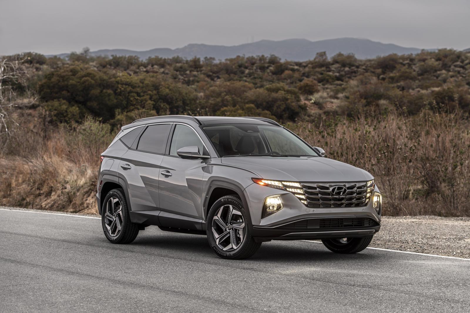 В этом году компания Hyundai уверенно вышла из ворот с новым 2022 Tucson, и этот импульс, похоже, продолжается. Смелый дизайн нового внедорожника был представлен в конце прошлого года и уже запущен в производство в США. В качестве бонуса он стоит на