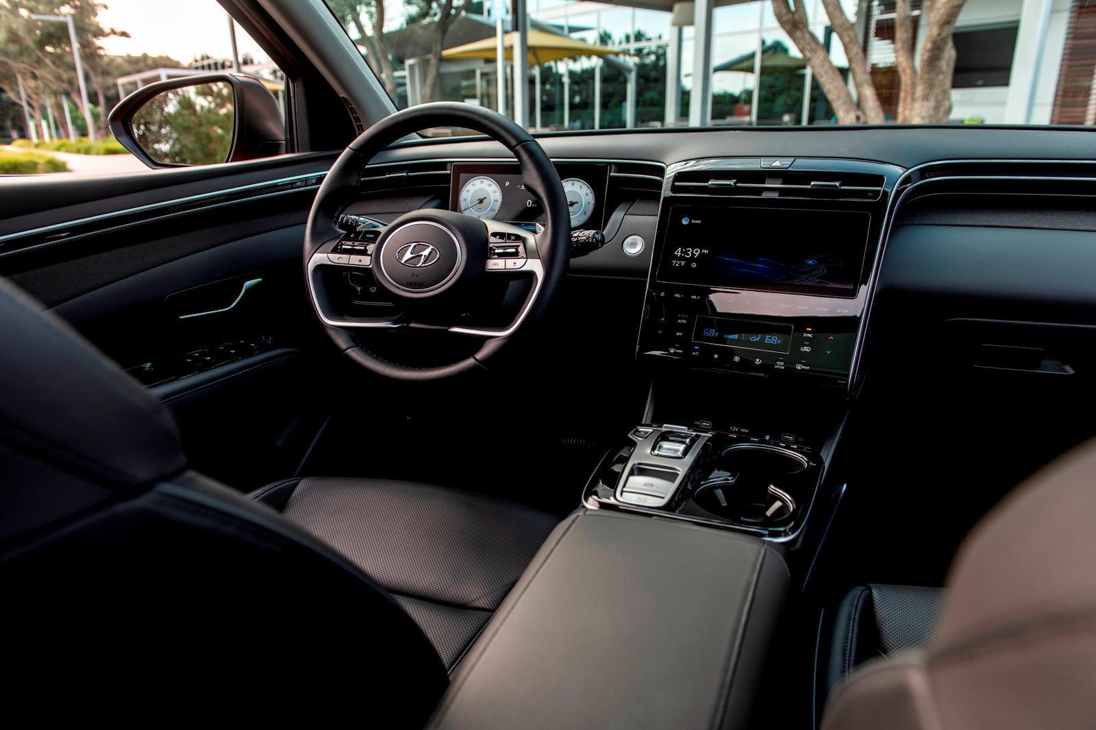 Начиная с версии с поршневым двигателем, базовая модель SE с передним приводом и 2,5-литровым двигателем стоит от 1,98 млн рублей. EPA оценивает его экономию топлива 9 литров на 100 км в городе, 7 литров на 100 км на шоссе и 8 л на 100 км в смешанном