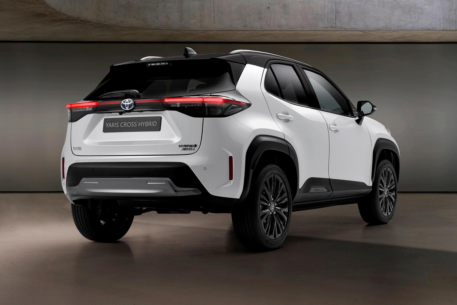 По словам Toyota, внутри он имеет черную отделку рояльного лака, черную обшивку потолка и прочные кожаные сиденья. В отличие от C-HR, который приводится в движение только 2,0-литровым четырехцилиндровым двигателем мощностью 144 лошадиных силы, Yaris