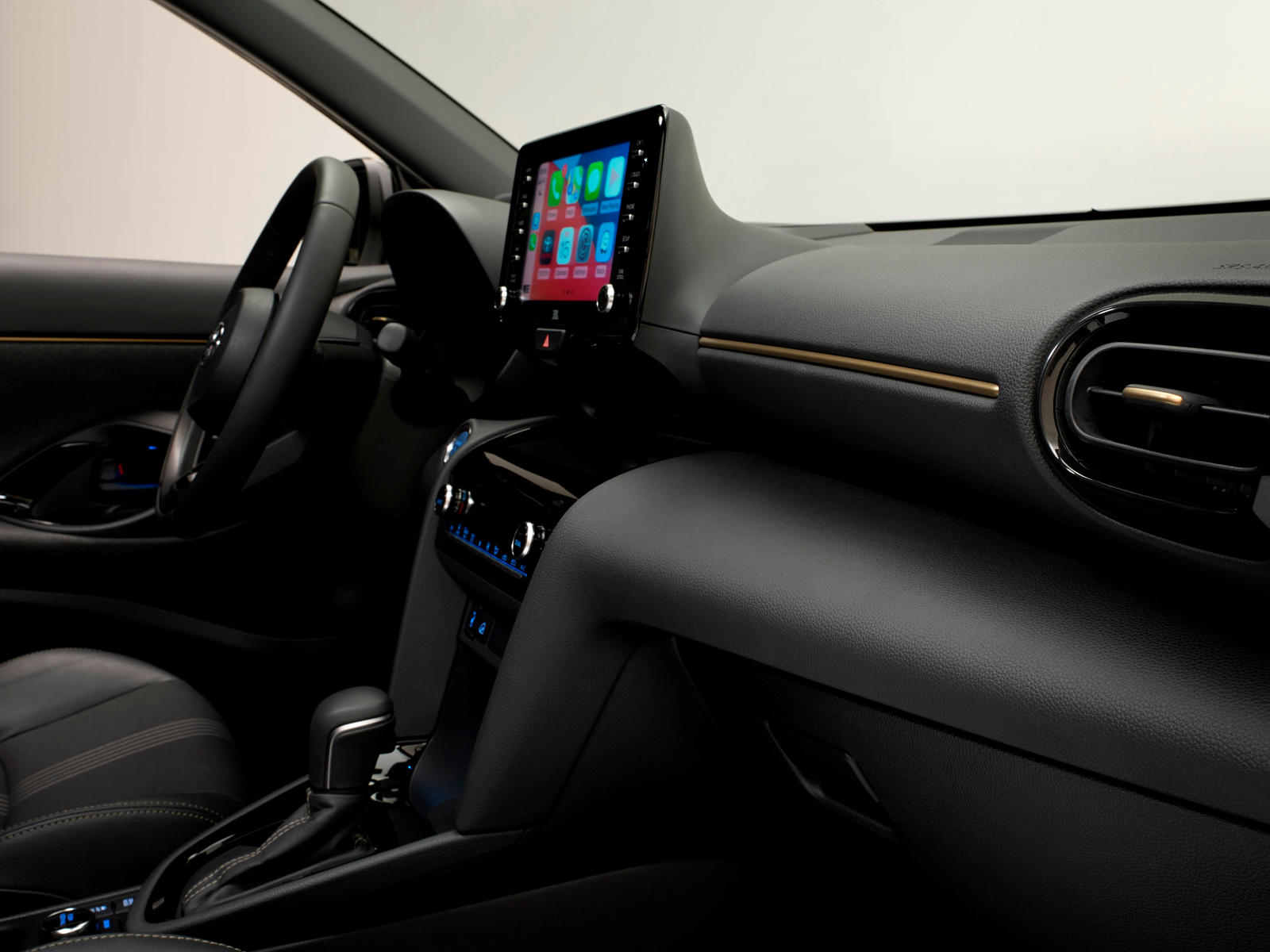 Yaris Cross Adventure отличается от стандартной модели нижними защитными пластинами бампера, серебристыми рейлингами на крыше и 18-дюймовыми темно-серыми колесами.