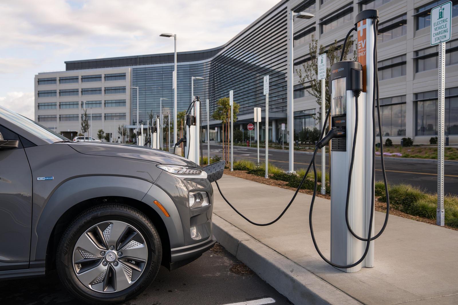 Та же самая философия скорости и эффективности применяется к зарядным станциям E-pit. Согласно Inside EV, станции E-Pit сначала будут развернуты в Южной Корее. Эти быстрые зарядные устройства на 800 В позволят зарядить аккумуляторы до 80 процентов ме
