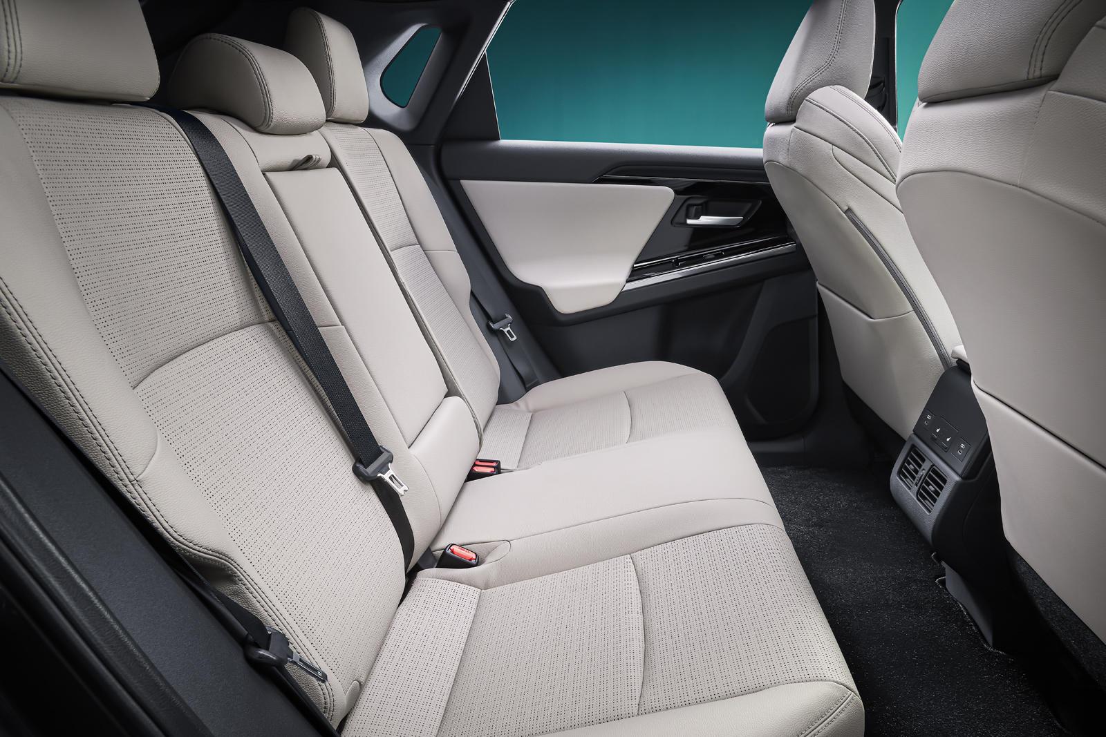 Благодаря длинной колесной базе и коротким свесам внешний вид bZ4X весьма своеобразен и похож на более ранний концепт Subaru. Toyota описывает интерьер как «открытую концепцию», в которой особое внимание уделяется комфорту водителя, например, низкому